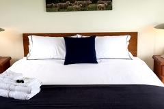 Hut-on-the-hill-heathcote-600px-bedroom
